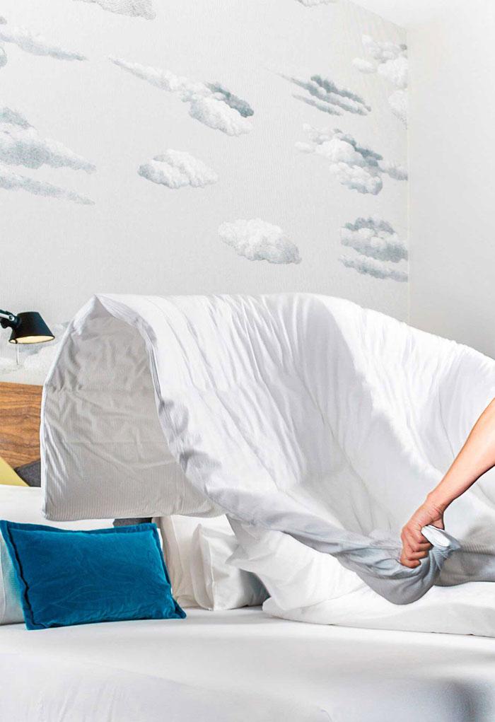 Zimmerreinigung macht das Bett