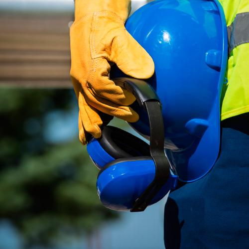 arbeitssicherheit mit Helm und Kopfhöhern